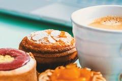 Handgefertigte Fruchttörtchen und -gebäck mit Kaffee Stockfotografie
