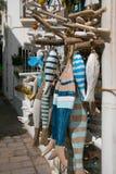 Handgefertigte hölzerne Fische im Verkauf Calella-De Palafrugell, Spanien Stockbild