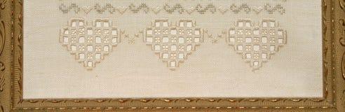 Handgefertigte Stickereinäharbeit mit drei Herzen stockbilder