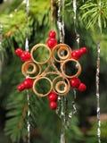 Handgefertigter traditioneller Weihnachtsbaum-Dekorationsstern gemacht vom Holz Lizenzfreies Stockfoto