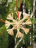 Handgefertigter traditioneller Weihnachtsbaum-Dekorationsstern gemacht vom Schilf Stockbild
