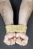 Handgelenke gebunden mit Seil Stockbilder