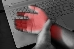Handgelenkschmerz vom Arbeiten mit Computer Stockfoto