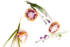 Handgemachte Amethystdruseseife schaukelt mit Kraut und Blumen Stockbild