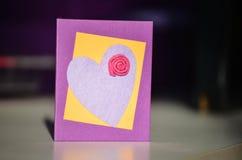 Handgemachte anwesende Karte mit Herzen und Blume Stockfoto