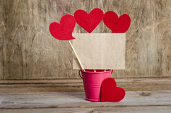 Handgemachte Aufsteckspindeln mit Herzen und Stück altem Papier Stockfotos