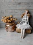 Handgemachte aus dem wirklichem Leben Puppe auf einer Tischdecke Lizenzfreies Stockfoto