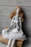 Handgemachte aus dem wirklichem Leben Puppe auf einer Tischdecke mit Rosen Lizenzfreies Stockbild