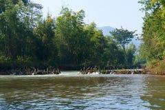 Handgemachte Bambusverdammung über einem Fluss Stockbilder