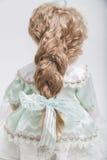 Handgemachte blonde Puppe des keramischen Porzellans im Kleid mit langem Zopf Stockfotografie