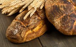 Handgemachte Brotlaibe mit den Weizenähren Stockfoto