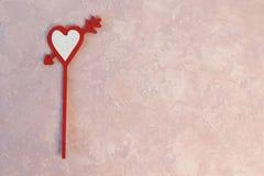 Handgemachte Deckel des Herzkleinen kuchens auf rosa Hintergrund stockbilder