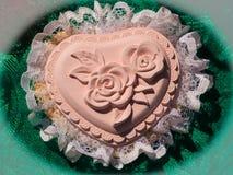 Handgemachte Dekoration des Herzens mit einer Rose im Mitte und Spitze aro stockbilder