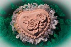 Handgemachte Dekoration des Herzens mit einer Rose im Mitte und Spitze aro lizenzfreie stockfotos