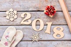 Handgemachte Dekoration des neuen Jahres 2018 auf Holz Lizenzfreies Stockbild