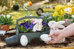 Handgemachte Dekoration Ostern mit Frühlingsblumen und -häschen zu Hause Lizenzfreies Stockbild