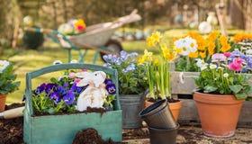 Handgemachte Dekoration Ostern mit Frühlingsblumen und -häschen zu Hause Stockbild