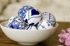Handgemachte Designe gezeichnete Ostereier, Stockbild