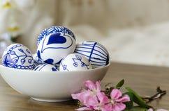 Handgemachte Designe gezeichnete Ostereier in der Schüssel Lizenzfreies Stockbild