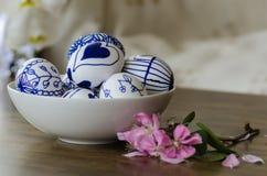 Handgemachte Designe gezeichnete Ostereier in der Schüssel Stockfotos