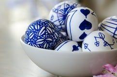 Handgemachte Designe gezeichnete Ostereier in der Schüssel Stockfoto