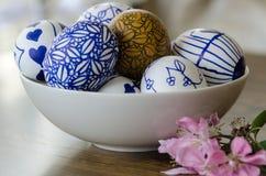 Handgemachte Designe gezeichnete Ostereier in der Schüssel Lizenzfreie Stockfotos
