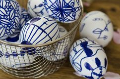 Handgemachte Designe gezeichnete Ostereier in der Schüssel Lizenzfreie Stockbilder