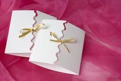 Handgemachte Einladung auf rosafarbenem silk Hintergrund Stockbilder