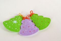 Handgemachte Filz Weihnachtsbäume Handgemachtes Kinderhandwerk Ökologische, hölzerne Weihnachtsdekorationen lizenzfreies stockfoto
