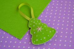 Handgemachte Filz Weihnachtsbaumdekoration Handgemachtes Kinderhandwerk Ökologische, hölzerne Weihnachtsdekorationen stockfoto