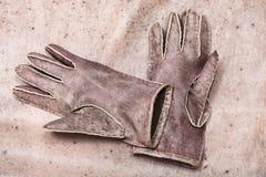 Handgemachte genähte Handschuhe auf ursprünglichem natürlichem Leder Lizenzfreies Stockfoto
