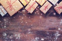 Handgemachte Geschenkboxen über hölzernem Hintergrund Stockbild