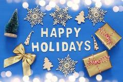handgemachte Geschenkboxen, dekorative Schneeflocken, Weihnachtsbaum Lizenzfreies Stockfoto