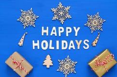 handgemachte Geschenkboxen, dekorative Schneeflocken, Weihnachtsbaum Lizenzfreie Stockbilder