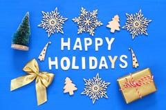handgemachte Geschenkboxen, dekorative Schneeflocken, Weihnachtsbaum Stockbilder