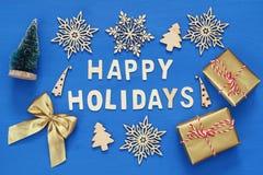handgemachte Geschenkboxen, dekorative Schneeflocken, Weihnachtsbaum Stockfotos