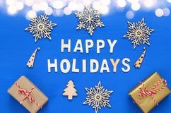 handgemachte Geschenkboxen, dekorative Schneeflocken, Weihnachtsbaum Lizenzfreie Stockfotografie