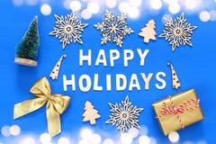 handgemachte Geschenkboxen, dekorative Schneeflocken, Weihnachtsbaum Stockbild