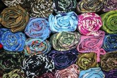 Handgemachte Gewebe von verschiedenen Farben, Pakokku, Myanmar lizenzfreie stockfotos
