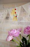 Handgemachte Gewebegirlande mit Nummer Eins und Blumenstrauß von Pfingstrosen Stockfotografie