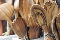 Handgemachte hölzerne Löffel dargestellt in einem Shop Stockbild