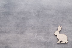Handgemachte hölzerne Ostern-Kaninchen auf hölzernem Hintergrund Lizenzfreie Stockfotos