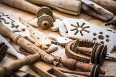 Handgemachte hölzerne Werkzeuge und Dekors der Weinlese Lizenzfreies Stockfoto