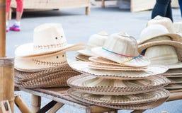 Handgemachte Hüte gesponnen von der Bambushutanordnung lizenzfreies stockbild