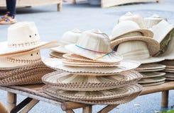 Handgemachte Hüte gesponnen von der Bambushutanordnung auf Markt stockbild
