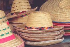 Handgemachte Hüte im Verkauf gesponnen vom Bambus am Markt stockbild