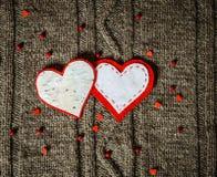 Handgemachte Herzdekoration auf warmem gestricktem Hintergrund Roter heart-shaped Schmucksachegeschenkkasten und eine rote Spule  Lizenzfreie Stockbilder
