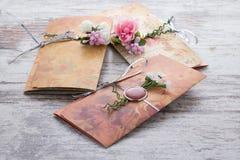 Handgemachte Hochzeitseinladungen gemacht vom Papier Stockfoto
