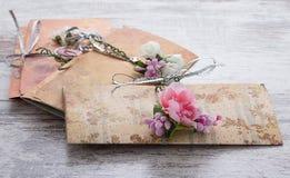 Handgemachte Hochzeitseinladungen gemacht vom Papier Lizenzfreie Stockbilder