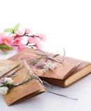 Handgemachte Hochzeitseinladungen gemacht vom Papier Lizenzfreies Stockfoto